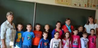 A várdaróci kisdiákok a tanító nénikkel az első tanítási napon